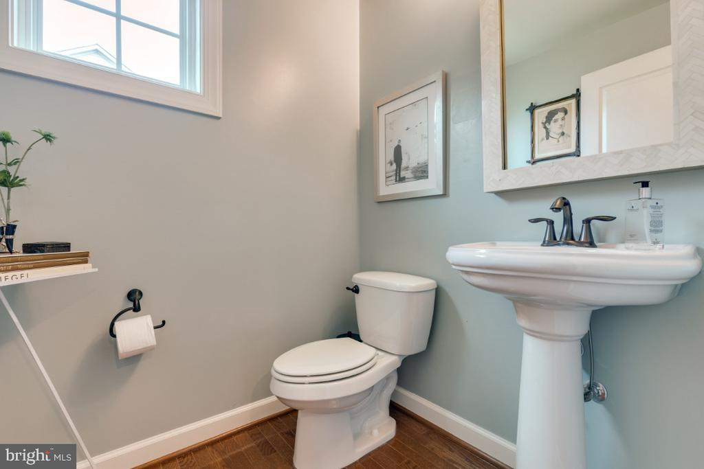 Mail level powder room - 25401 JUBILANT DR, ALDIE