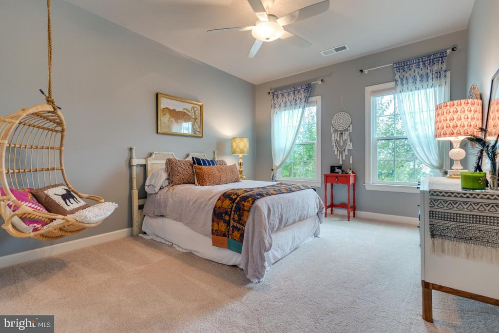 Bedroom 3 boasts views of front yard. - 25401 JUBILANT DR, ALDIE