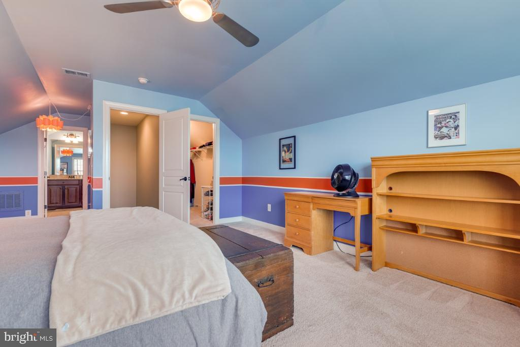 Bedroom 5 with walk-in closet and full bathroom - 25401 JUBILANT DR, ALDIE