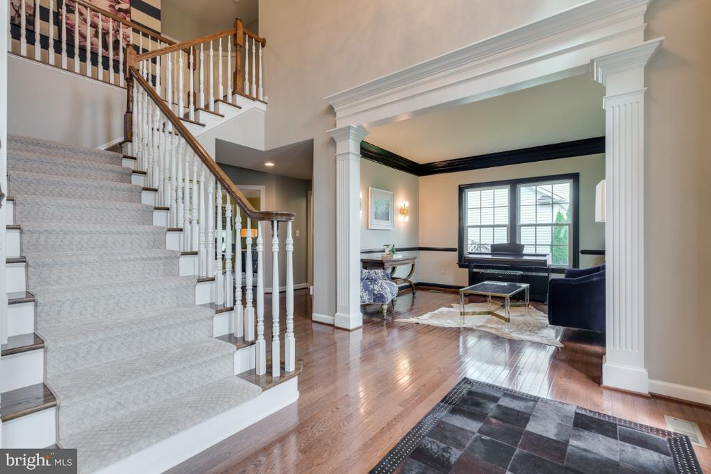 Sweeping stair well and 2-story foyer. - 25401 JUBILANT DR, ALDIE