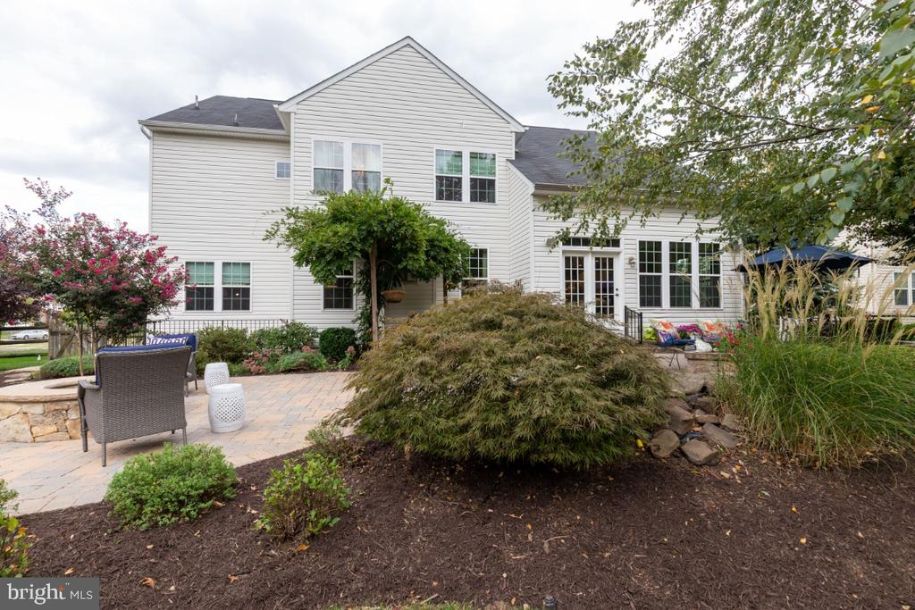 Professional landscaping and hardscape - 25401 JUBILANT DR, ALDIE