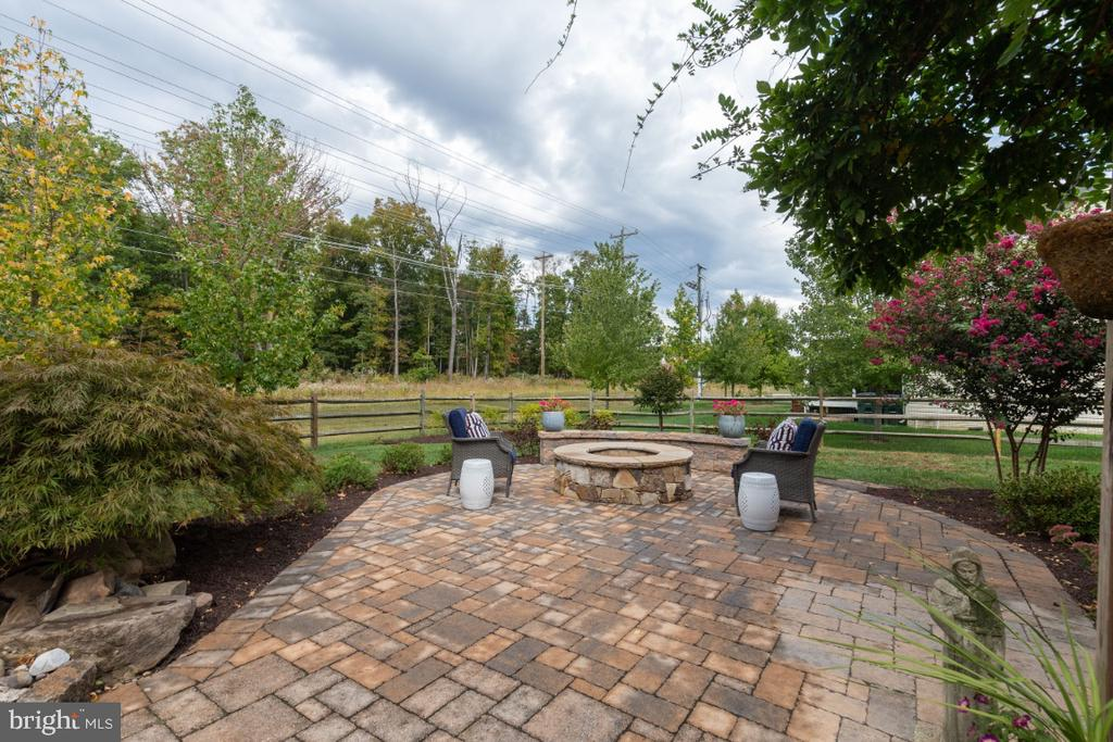Enjoy evenings at the fire pit. - 25401 JUBILANT DR, ALDIE
