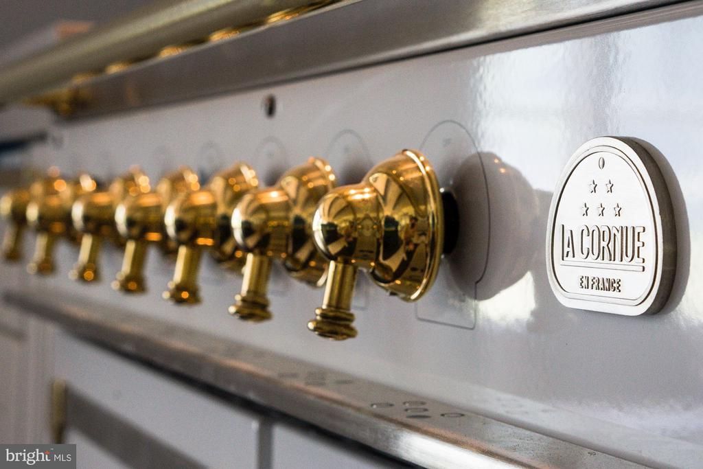 La Cornue gas range - 8533 GEORGETOWN PIKE, MCLEAN