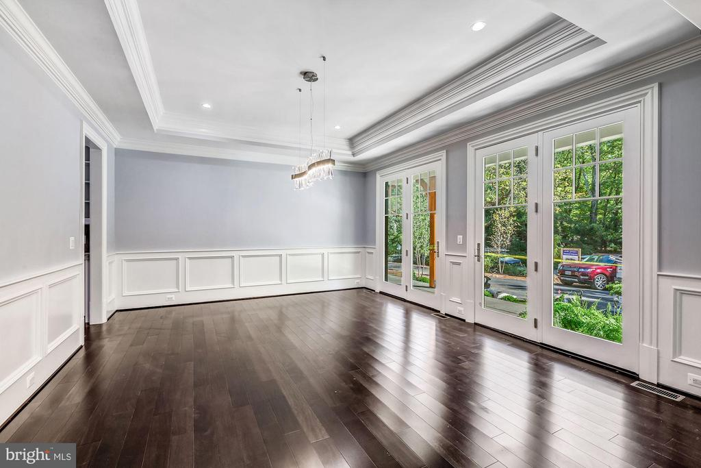 Dining Room w/ Dual French Doors to Front Porch - 8533 GEORGETOWN PIKE, MCLEAN