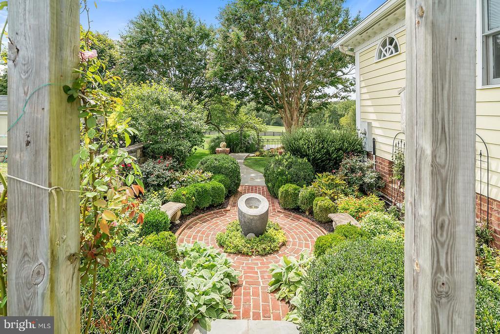 Beautiful Gardens - 39655 SNICKERSVILLE TPKE, MIDDLEBURG