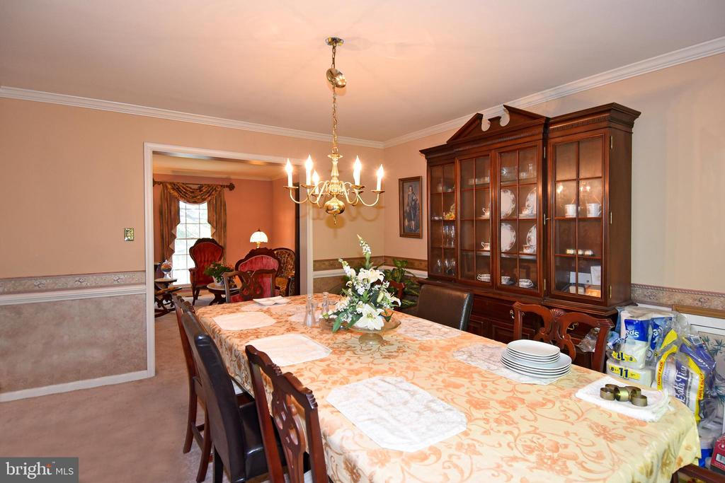 DR connects to the LR and kitchen - 13919 WHETSTONE MANOR CT, CLIFTON
