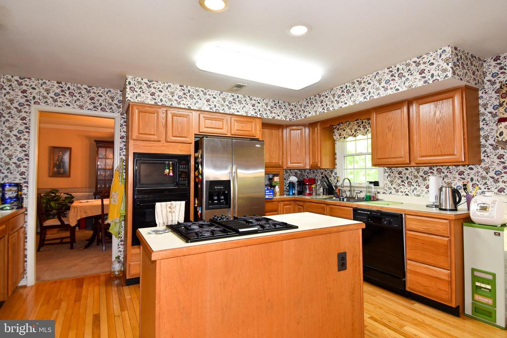 Kitchen w/ plenty of storage, island w/ cooktop - 13919 WHETSTONE MANOR CT, CLIFTON