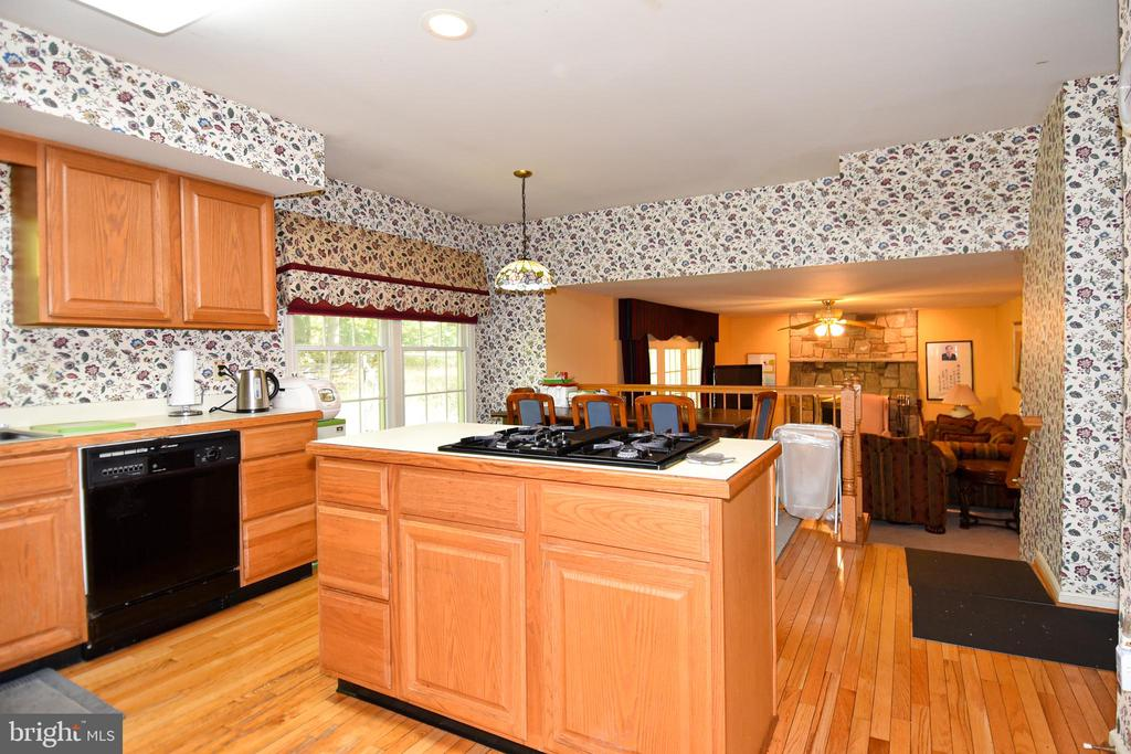 Eat-in kitchen leads to family room - 13919 WHETSTONE MANOR CT, CLIFTON