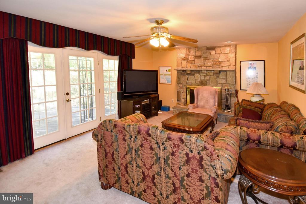 Family room leads to the back deck and yard - 13919 WHETSTONE MANOR CT, CLIFTON