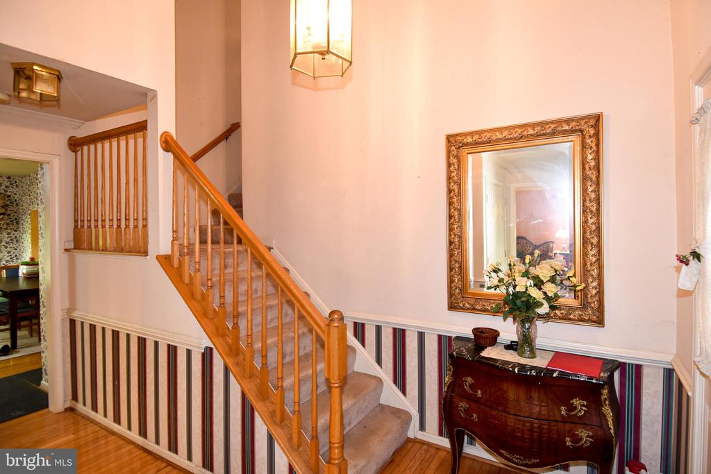 Foyer leads upstairs and to the kitchen - 13919 WHETSTONE MANOR CT, CLIFTON