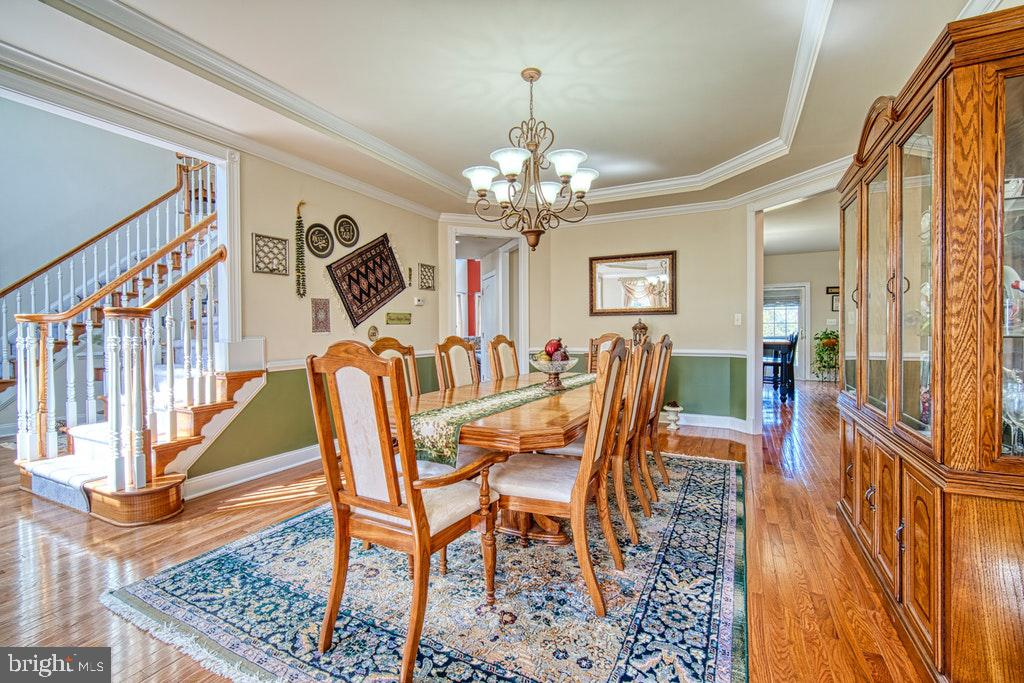 Table for eight....note tray ceiling - 15500 BANKFIELD DR, WATERFORD