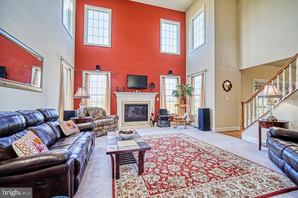 Family room off kitchen with 2 story ceiling - 15500 BANKFIELD DR, WATERFORD
