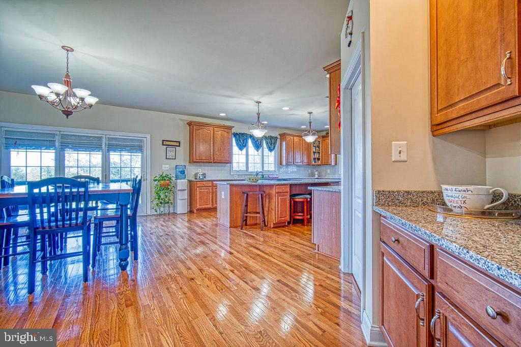 Super spacious gourmet kitchen - 15500 BANKFIELD DR, WATERFORD
