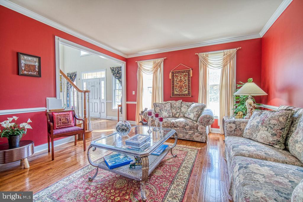 Living room with elegant moldings - 15500 BANKFIELD DR, WATERFORD