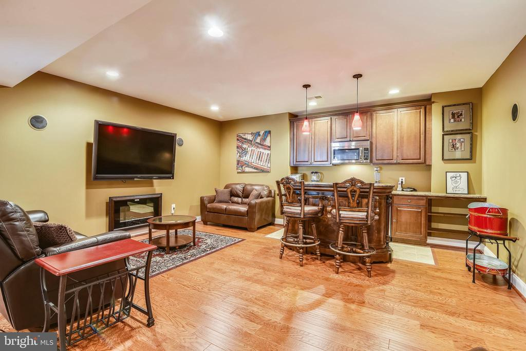 Basement bar area w/electric fireplace - 20190 KIAWAH ISLAND DR, ASHBURN