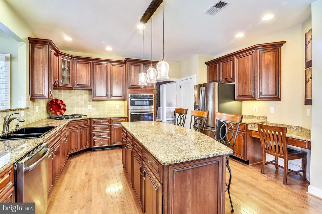 Kitchen has walk-in pantry and desk area - 20190 KIAWAH ISLAND DR, ASHBURN