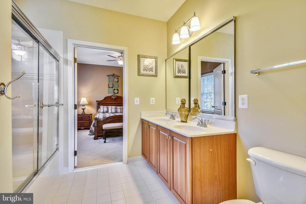 Jack 'n Jill bath has double vanity & tub - 20190 KIAWAH ISLAND DR, ASHBURN