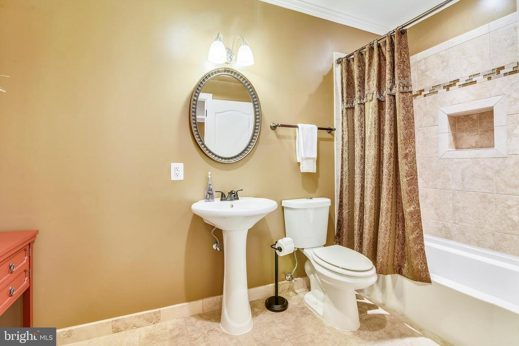 Lower level full bath w/linen closet - 20190 KIAWAH ISLAND DR, ASHBURN