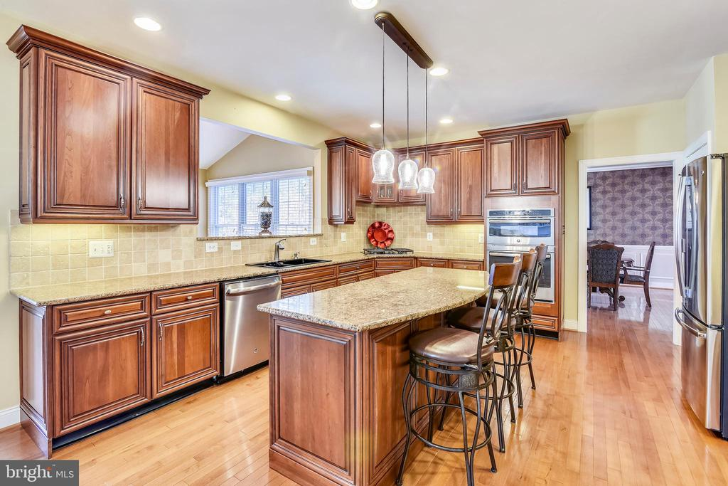 Beautiful kitchen w/gas cooking & convenient islnd - 20190 KIAWAH ISLAND DR, ASHBURN