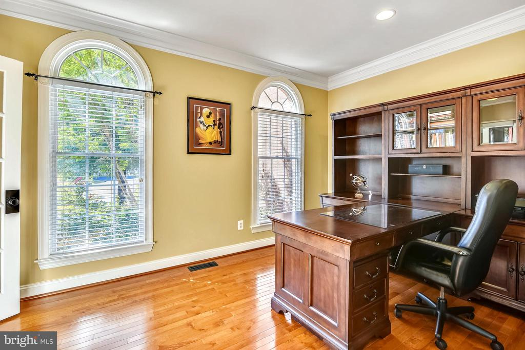Office has recessed lighting & crown moulding - 20190 KIAWAH ISLAND DR, ASHBURN