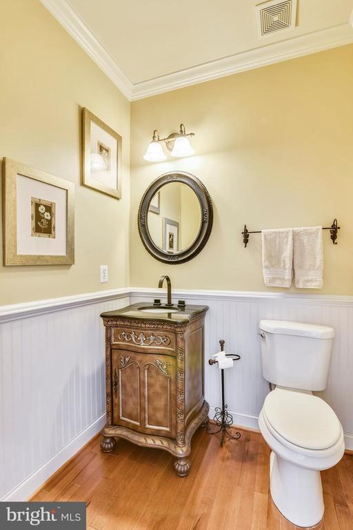 Main level powder room w/decorative vanity - 20190 KIAWAH ISLAND DR, ASHBURN