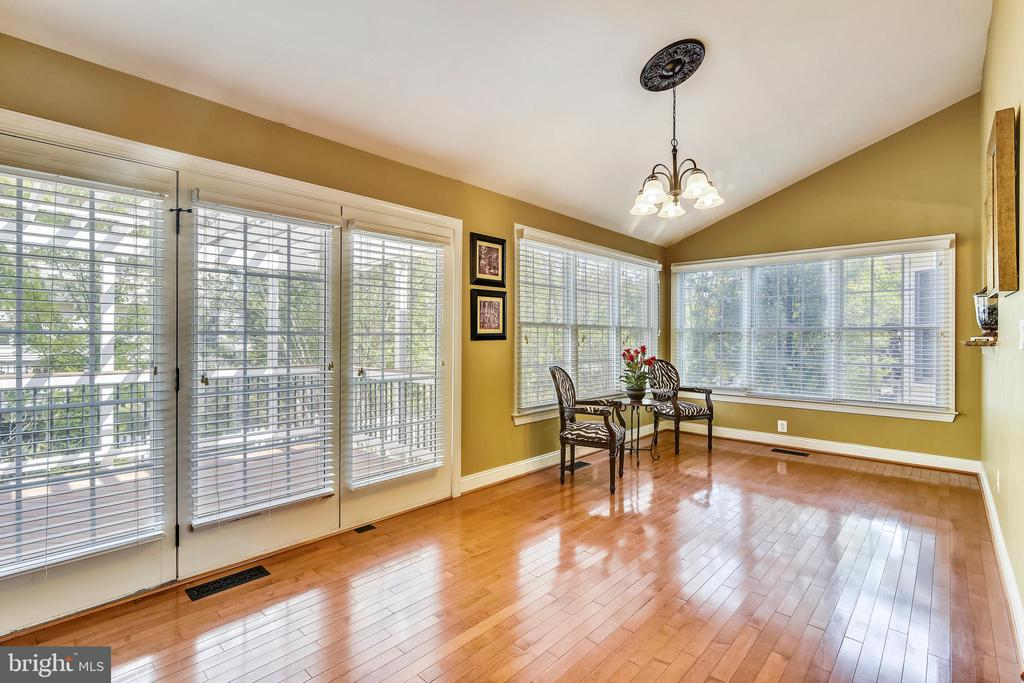 Window filled sun room for relaxing - 20190 KIAWAH ISLAND DR, ASHBURN