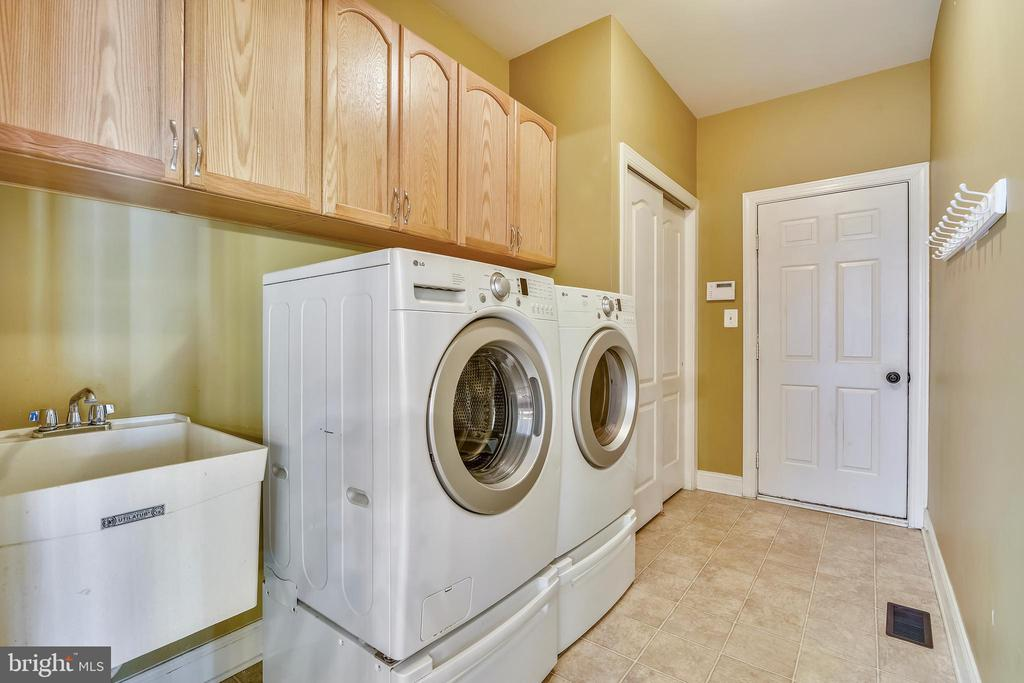 Laundry rm has closet, sink & door to garage - 20190 KIAWAH ISLAND DR, ASHBURN