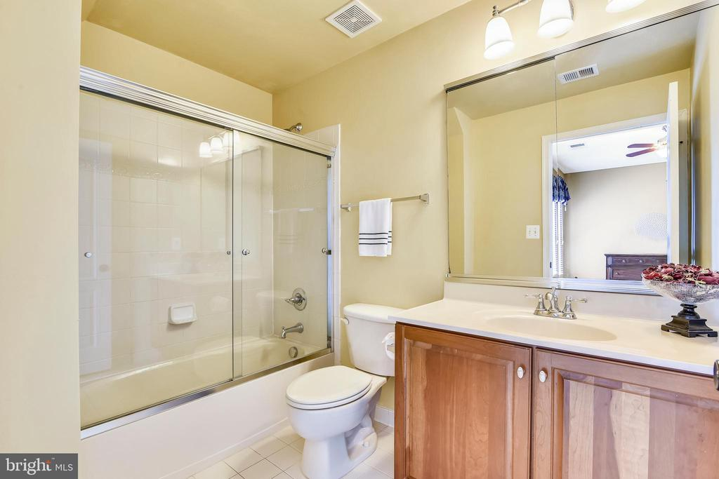 Bedroom #4's en suite bath w/tub - 20190 KIAWAH ISLAND DR, ASHBURN