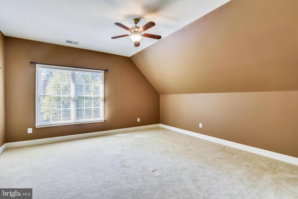 Bedroom #3 w/walk-in closet - 20190 KIAWAH ISLAND DR, ASHBURN