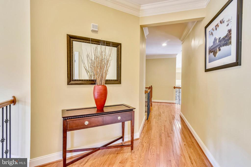 Spacious upper level hallway - 20190 KIAWAH ISLAND DR, ASHBURN