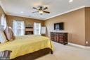 Master bedroom w/crown moulding & ceiling fan - 20190 KIAWAH ISLAND DR, ASHBURN