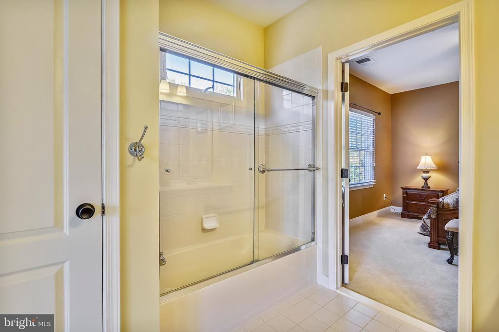 Jack 'n Jill bath tub w/tile surround - 20190 KIAWAH ISLAND DR, ASHBURN