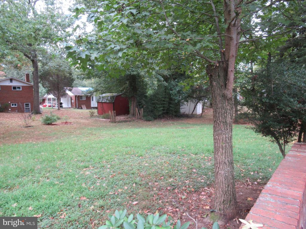 spacious open rear yard - 7403 RADCLIFFE DR, COLLEGE PARK