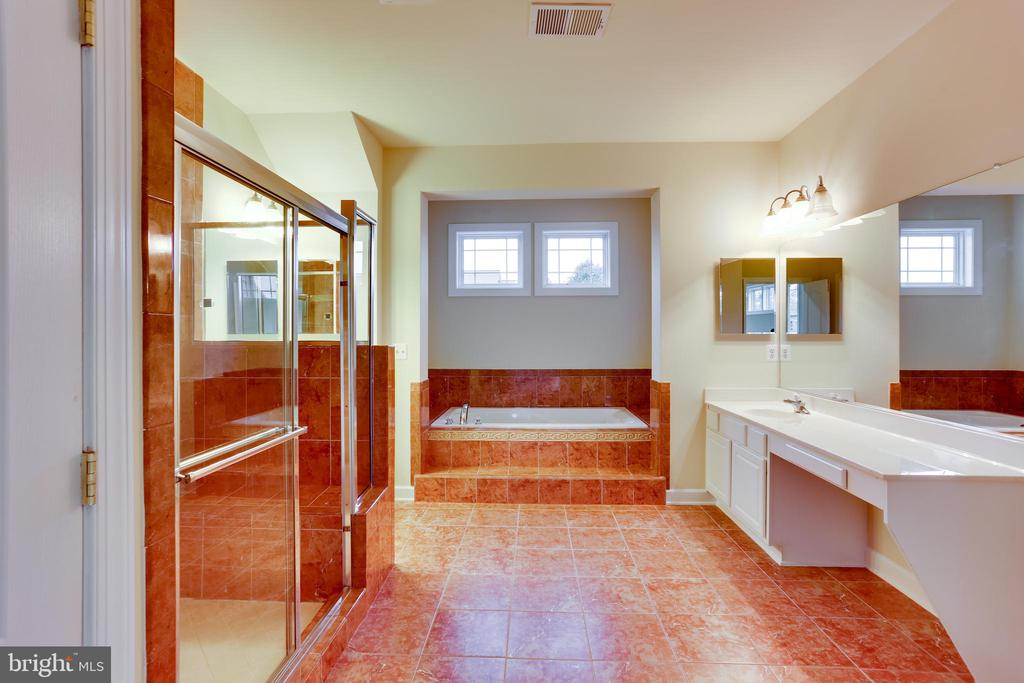 Mater bathroom - 23098 DUCATO CT, BRAMBLETON