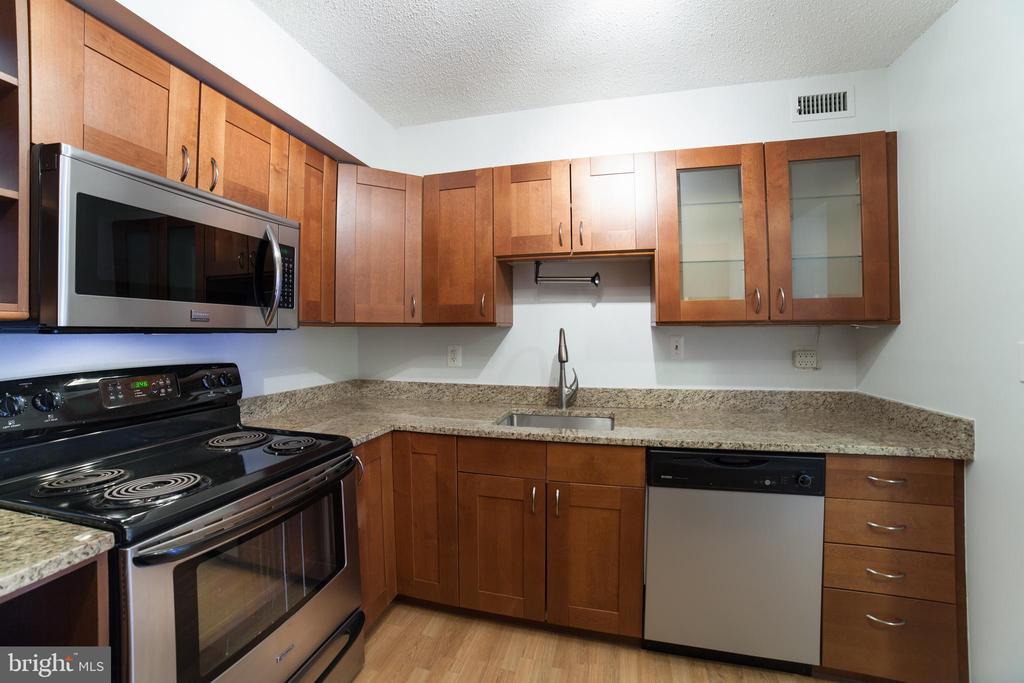 Granite, Cherry & Stainless Steel~ appliances - 2100 LEE HWY #146, ARLINGTON