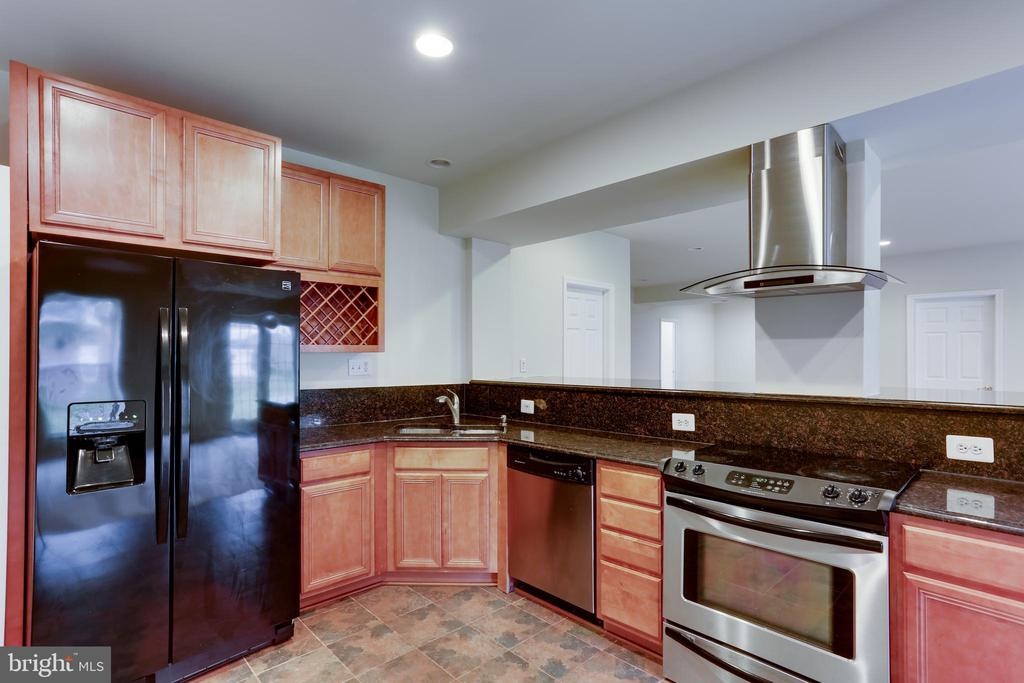 Lower level full kitchen - 23098 DUCATO CT, BRAMBLETON