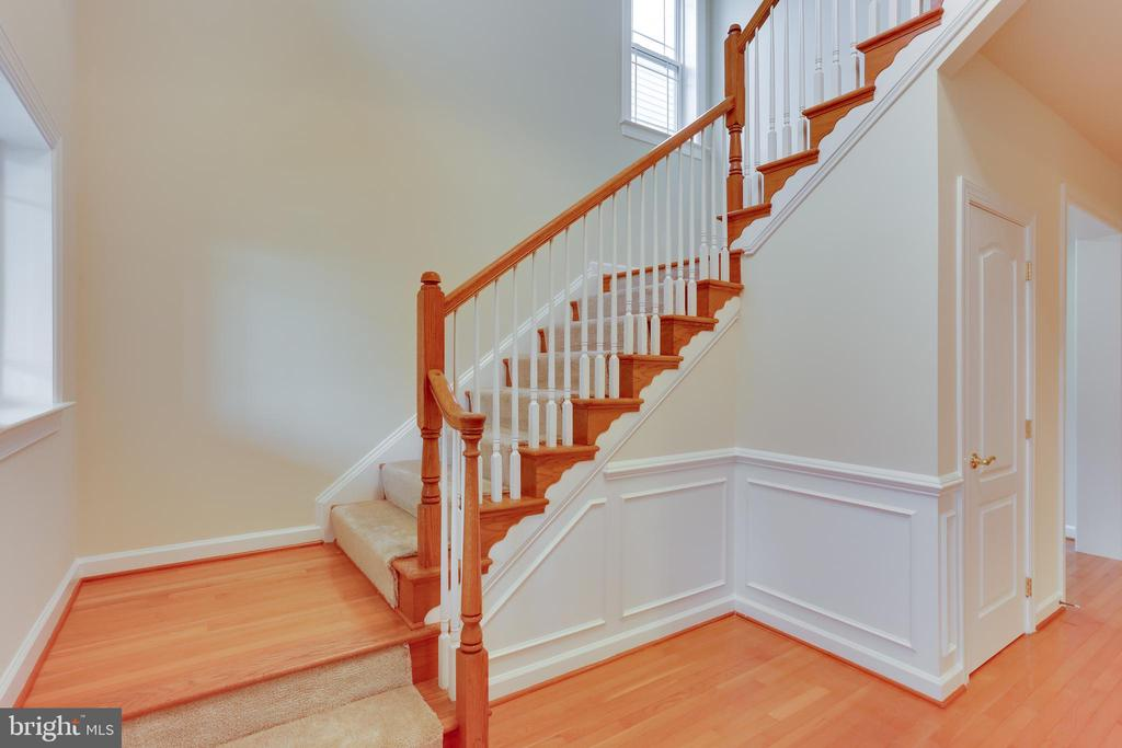 Stairs to upper level - 23098 DUCATO CT, BRAMBLETON