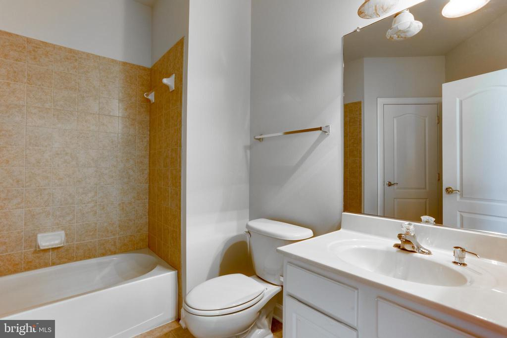 Main level full bathroom - 23098 DUCATO CT, BRAMBLETON