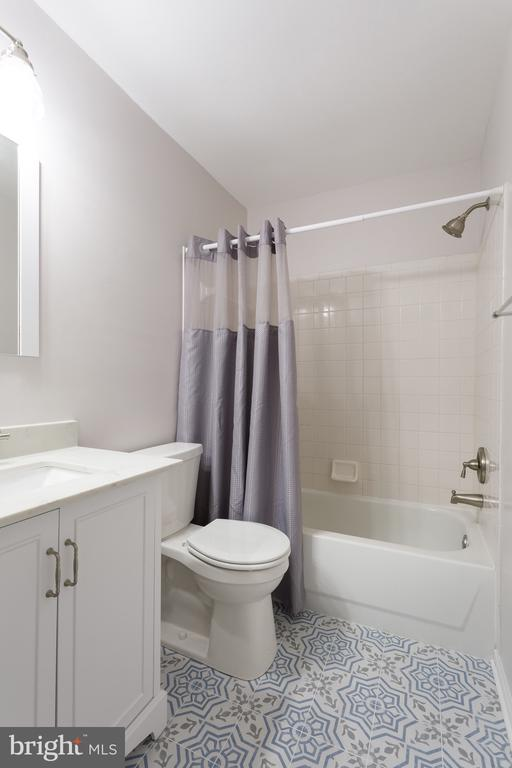 Renovated bath w beautiful tile! - 4990 MARSHLAKE LN, DUMFRIES