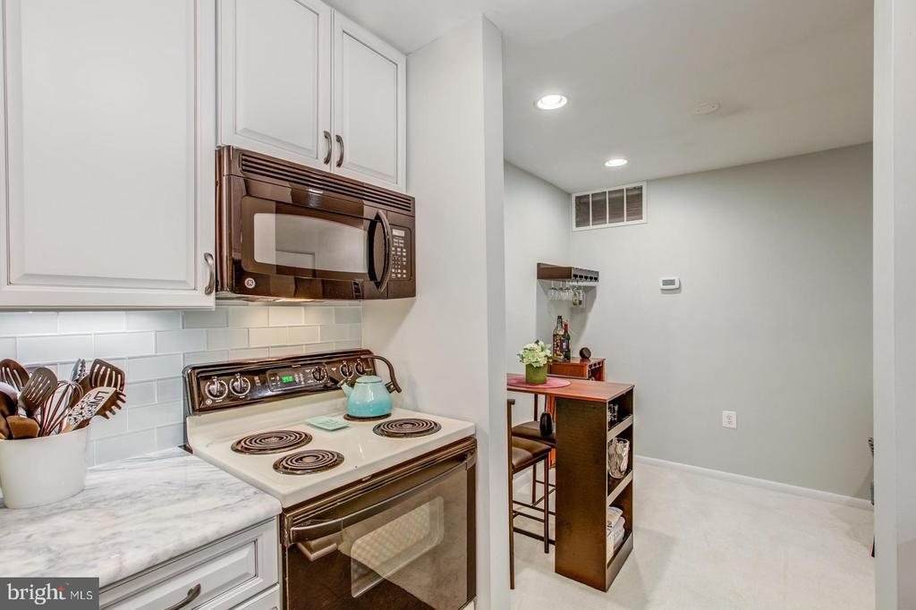 Built in microwave-- not all units have a built in - 10300 LURIA COMMONS CT 3G #3G, BURKE