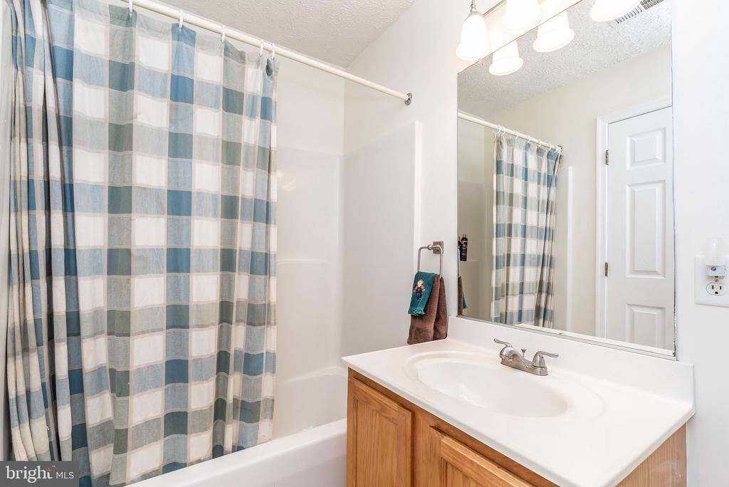 2nd floor hall bath - 119 FOXHOUND DR, GLEN BURNIE