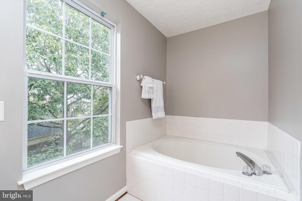 Master Bath with soaking tub - 119 FOXHOUND DR, GLEN BURNIE