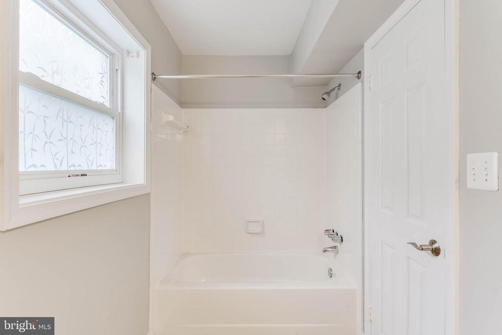 Shower and tub combo... so nice! - 10248 APPALACHIAN CIR #1-A3, OAKTON