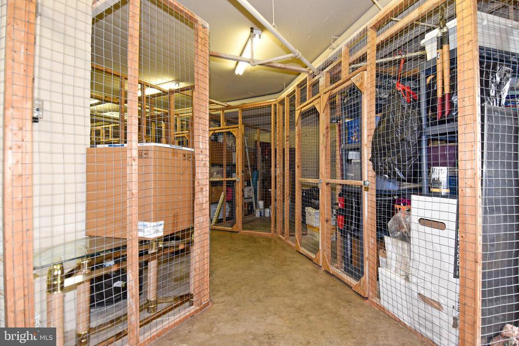 Large, secure storage conveys - 900 N STAFFORD ST #2430, ARLINGTON