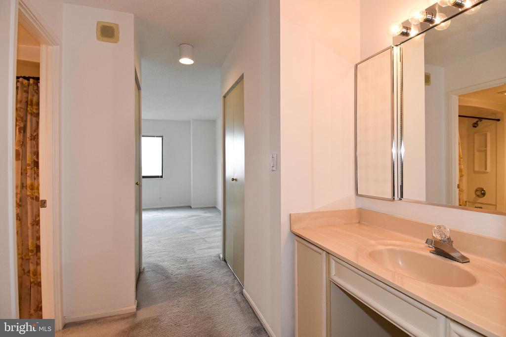 MBR BA has too many closets! - 900 N STAFFORD ST #2430, ARLINGTON