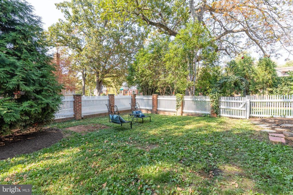 Fenced yard with irrigation - 830 W BRADDOCK RD, ALEXANDRIA