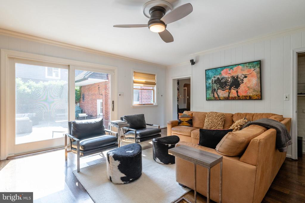 Family room with access to spacious patio - 830 W BRADDOCK RD, ALEXANDRIA