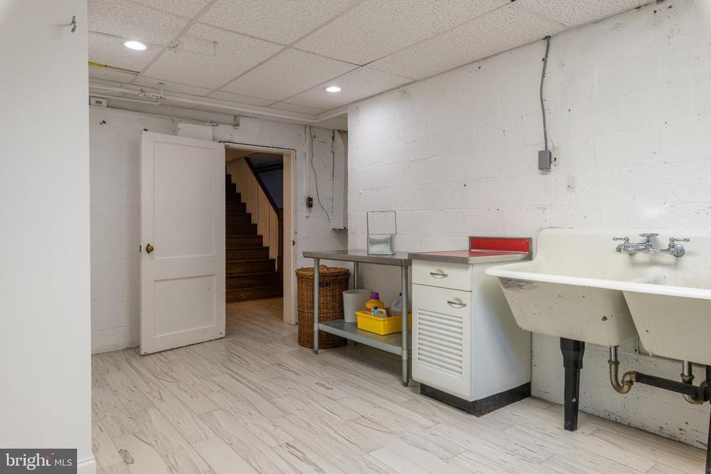 Laundry room with 2 utility sinks - 830 W BRADDOCK RD, ALEXANDRIA