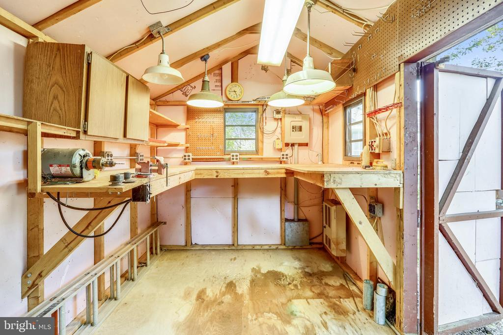 Workbench with heating and electricity! - 812 BOWIE RD, ROCKVILLE