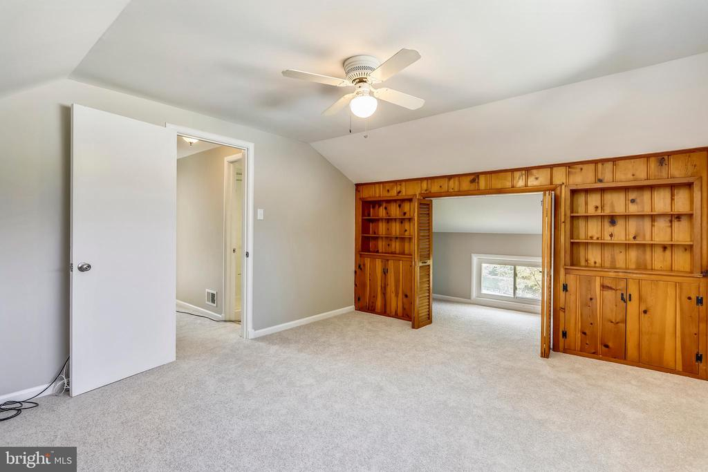 New carpet and fresh paint throughout home - 812 BOWIE RD, ROCKVILLE